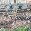 В России обрушилась стена здания: под завалами оказались около 10 человек (видео)