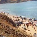 В Крыму автомобиль упал со склона на пляж с сотнями туристов (видео)