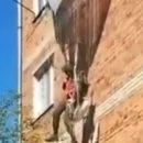 В России десантник зацепился парашютом за пятиэтажку