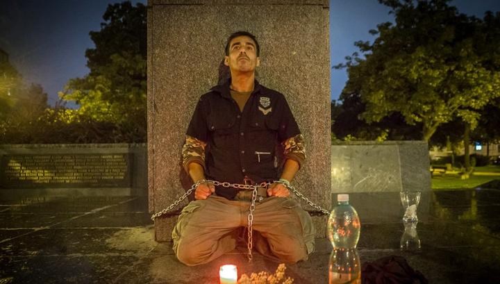 «Мой дед воевал». В Праге мужчина приковал себя цепью к памятнику Конева, протестуя против его переноса