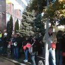 ПриватБанк в Днепре окружили протестующие: недовольных стало еще больше (видео)