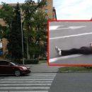 В Днепре мужчина решил проехать «зайцем», но его выбросило на дорогу (видео)