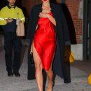 Ирина Шейк восхитила фигурой в красном мини-платье