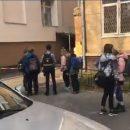 На Отрадном из окна школы выпала девочка: Подозревают, что это попытка самоубийства (видео)
