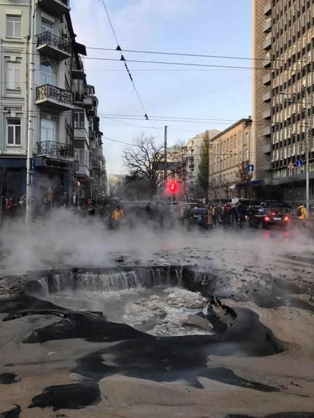 Коллапс в центре Киева из-за прорыва трубы с горячей водой: фоторепортаж