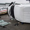 Под Киевом микроавтобус влетел в отбойник и перевернулся (видео)