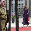 У фіолетовій сукні та з яскравими аксесуарами: королева Ранія на червоній доріжці
