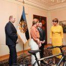 «Хорошо, что не пианино»: Президент Эстонии потроллила Зеленского подарком