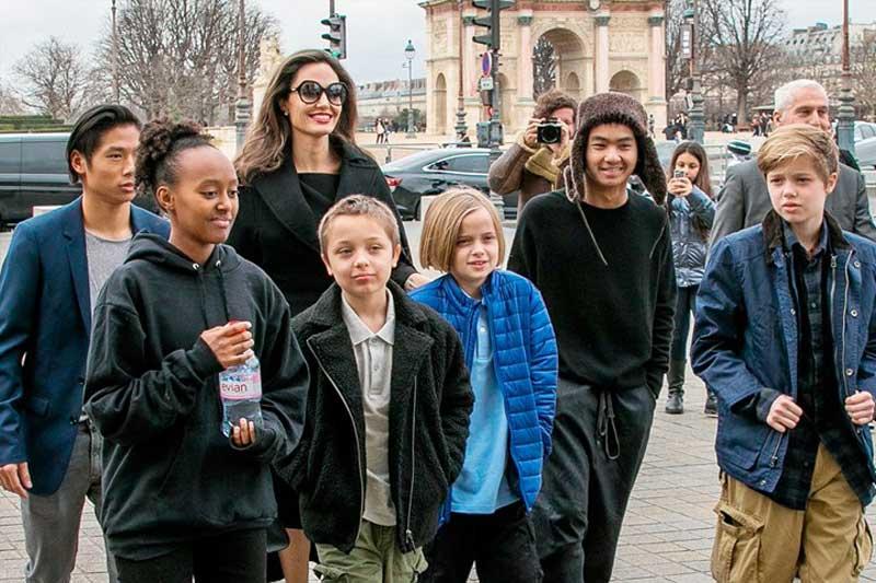 Наконец-то «сменила пол»: дочь Джоли и Питта Шайло официально стала Джоном