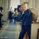 Сеть насмешило фото мужика, который выносит что-то из Рады в мешке