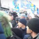 На Майдане во время Вече чуть не линчевали мужчину, который бросал яйца в Порошенко (видео)