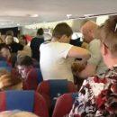 Буянившую россиянку на борту самолета утихомирили при помощи скотча