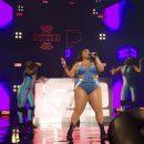 Пышнотелая Lizzo в джинсовом купальнике вышла на сцену в Майами-Бич