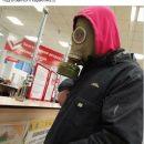 Мужчина пришел в гипермаркет Днепра в противогазе
