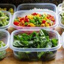 Какие продукты опасно держать в пластиковых контейнерах